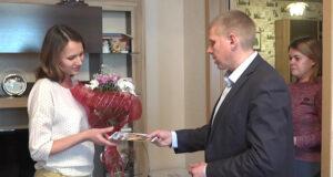 Представители администрации Белова посетили семьи малышей появившихся на свет в новогодние праздники.